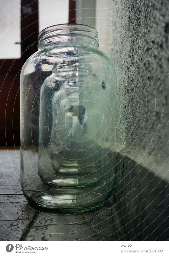 Gläserne Matrjoschka Glas Einmachglas Wand Bodenbelag Tür Reihe Ordnung Stein stehen durchsichtig hintereinander glänzend Farbfoto Innenaufnahme Detailaufnahme