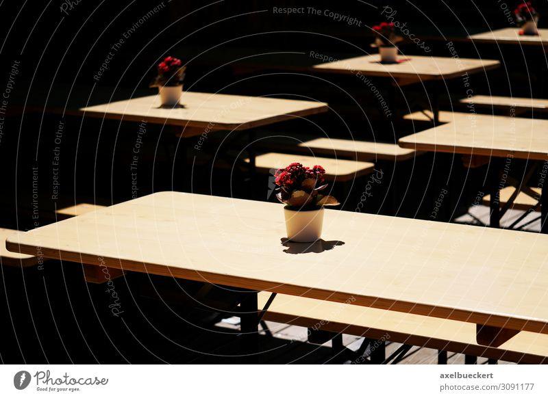 leere Bierbänke im Biergarten Lifestyle Freizeit & Hobby Restaurant Oktoberfest Kultur Veranstaltung ruhig Deutschland Bierbank Tisch Topfpflanze