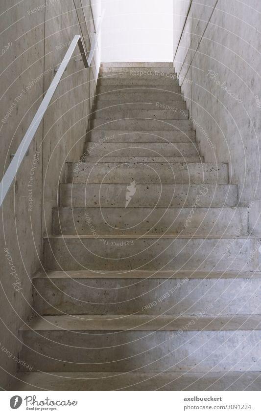 leere Beton Treppe ins Licht Design Architektur Beginn Erfolg Wege & Pfade Ziel Zukunft Symbole & Metaphern Hintergrundbild minimalistisch aufsteigen Karriere