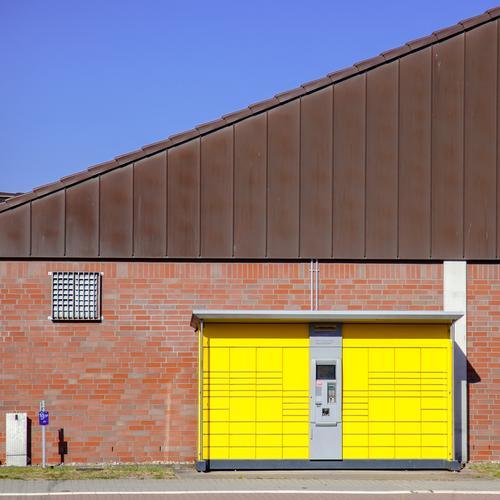 handelsplatz. blau rot Haus gelb Wand Gebäude Mauer Technik & Technologie kaufen einfach Güterverkehr & Logistik Dienstleistungsgewerbe Handel Stadtrand