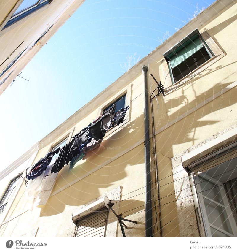 Gewäsch Himmel Schönes Wetter Lissabon Haus Mauer Wand Fassade Fenster Dach Dachrinne Wäscheleine Wäsche waschen Wäschetrockner trocknen hängen Freundlichkeit