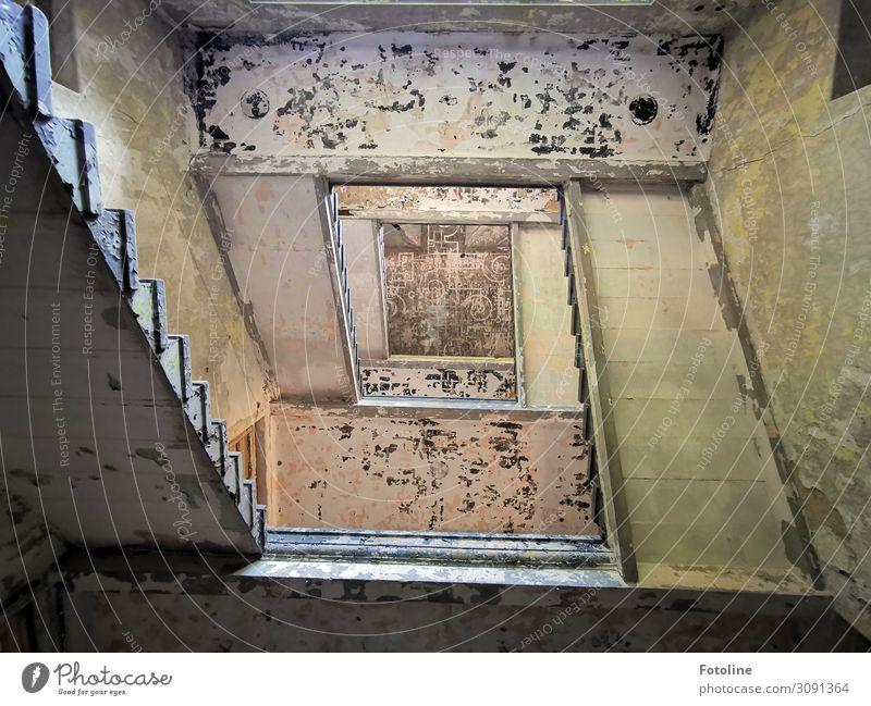 Treppenhaus alt Haus Architektur Wand Gebäude kaputt hoch historisch Bauwerk verfallen Putzfassade lost places