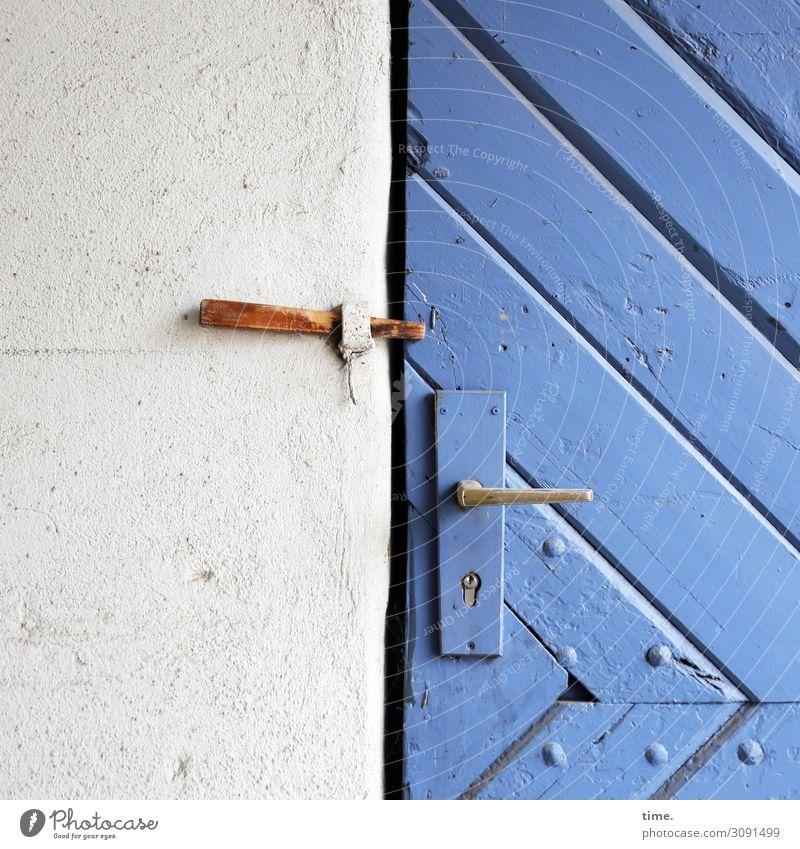 Entrees (VII) Haus Scheune Lagerschuppen Mauer Wand Tür Griff Türschloss Sicherungshaken Nagel Niete diagonal Stein Holz blau weiß Tatkraft Schutz
