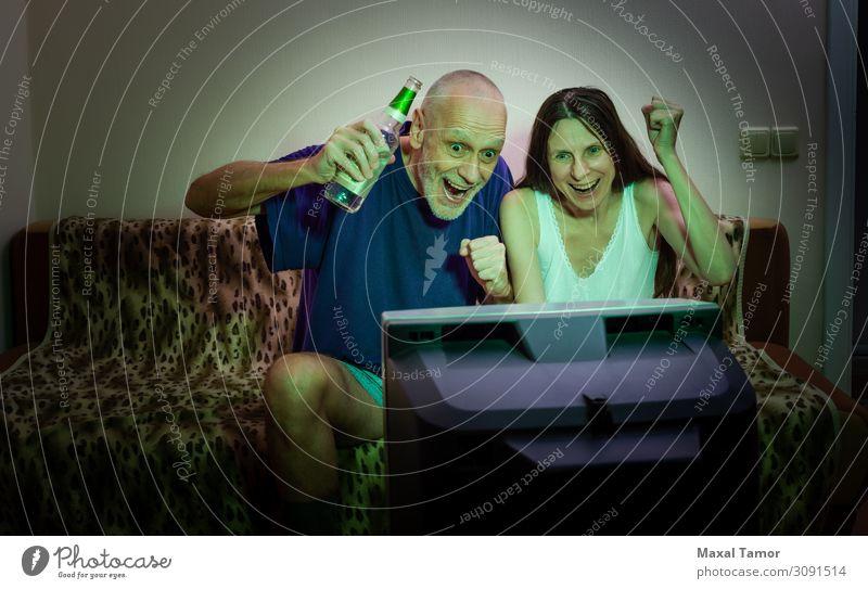 Erwachsener Mann und Frau beim Sport im Fernsehen trinken Alkohol Bier Lifestyle Freude Glück Gesicht Erholung Freizeit & Hobby Spielen Sofa Entertainment