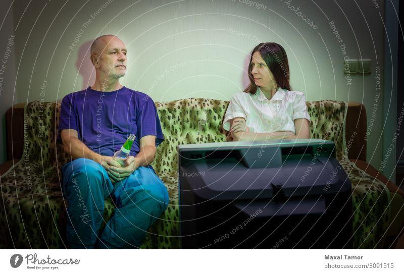 Wütende erwachsene Männer und Frauen sitzen auf einer Couch. trinken Alkohol Bier Lifestyle Gesicht Erholung Sofa Publikum Bildschirm Mensch Erwachsene Mann