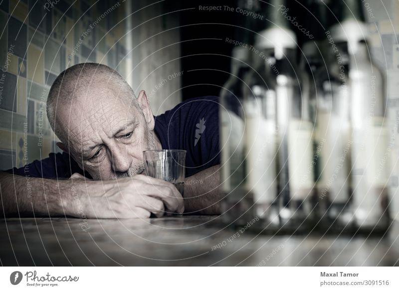 Verzweifelter Mann fällt in Depressionen und wird alkoholkrank. Getränk trinken Alkohol Bier Flasche Lifestyle Tisch Erwachsene sitzen Traurigkeit Armut Trauer