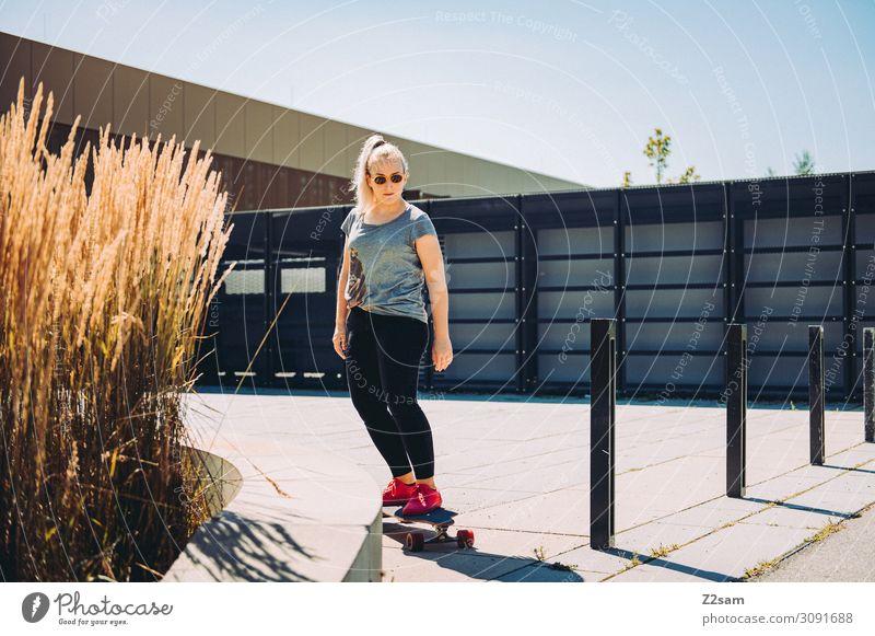 Lonboarding in the city Lifestyle elegant Stil Freizeit & Hobby Ferien & Urlaub & Reisen Sommer Longboard Skateboarding Junge Frau Jugendliche Sonne