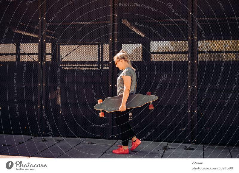 Skater in the city Lifestyle elegant Stil Freizeit & Hobby Sommer Skateboard Longboard Junge Frau Jugendliche Stadt Jeanshose Turnschuh blond langhaarig