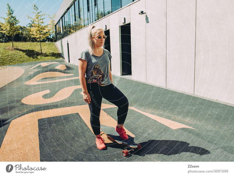 Skating in the city Lifestyle elegant Stil Freizeit & Hobby Sommer Skateboard Longboard Junge Frau Jugendliche 30-45 Jahre Erwachsene Stadt Mode T-Shirt