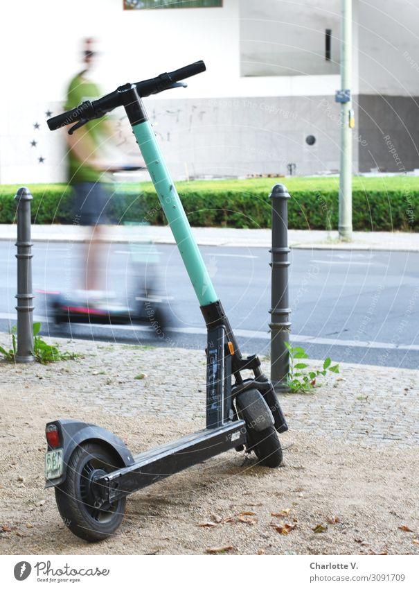 Flitzer Mensch Jugendliche Mann Stadt grün weiß Freude 18-30 Jahre Straße Erwachsene Bewegung grau maskulin Metall Verkehr modern