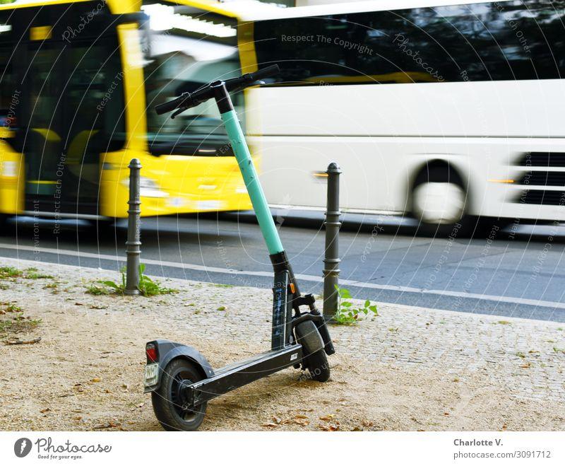 Verkehrsmittel Personenverkehr Öffentlicher Personennahverkehr Straßenverkehr Bus Reisebus E-Roller Elektroroller Metall Bewegung fahren groß gelb türkis weiß