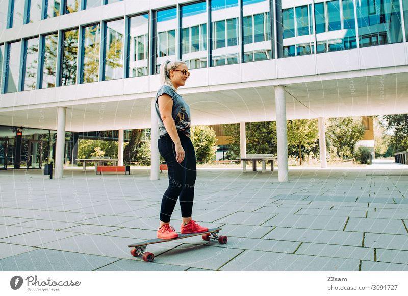 Skating in the City Lifestyle elegant Stil Freizeit & Hobby Sommer Skateboarding Longboard Junge Frau Jugendliche 18-30 Jahre Erwachsene Stadt Jeanshose