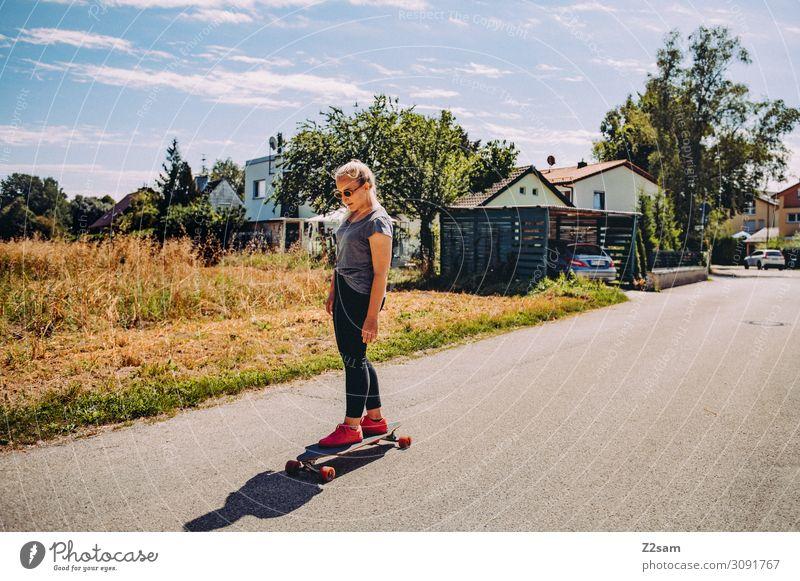 Longboarding Lifestyle elegant Stil Freizeit & Hobby Sommer Skateboarding Junge Frau Jugendliche Natur Landschaft Sonne Schönes Wetter Wiese Stadt T-Shirt