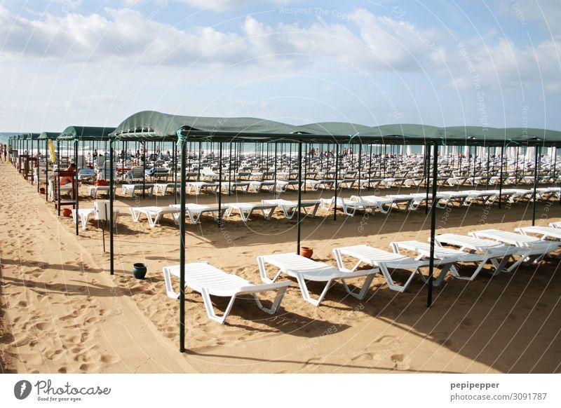 Strand Ferien & Urlaub & Reisen Tourismus Ferne Sommer Sommerurlaub Sonne Sonnenbad Meer Wellen Sand Himmel Wolken Schönes Wetter Küste Liegestuhl Sonnenschirm