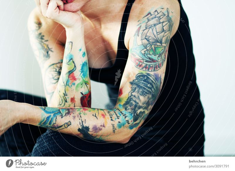 fingerspitzengefühl | farbe unter die haut bringen Frau schön Hand Erotik Erwachsene feminin Kunst außergewöhnlich Wasserfahrzeug Körper Haut verrückt Arme