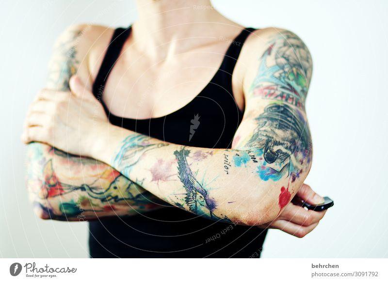 kampfansage! | corona thoughts Frau tätowiert Tattoo muskeln muskulös Haut bunt stark Kunst provokant Arme Körper Körperkunst körperkult mutig stärke Mut Kraft