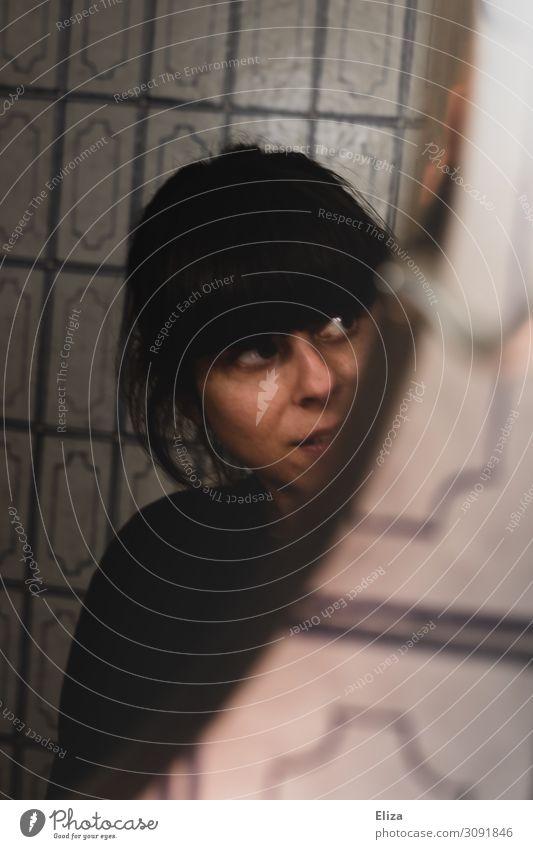 Guckguck Junge Frau Jugendliche Erwachsene 1 Mensch 18-30 Jahre Neugier Spiegel Spiegelbild ablenkung verstecken Fliesen u. Kacheln Bad Badezimmerspiegel