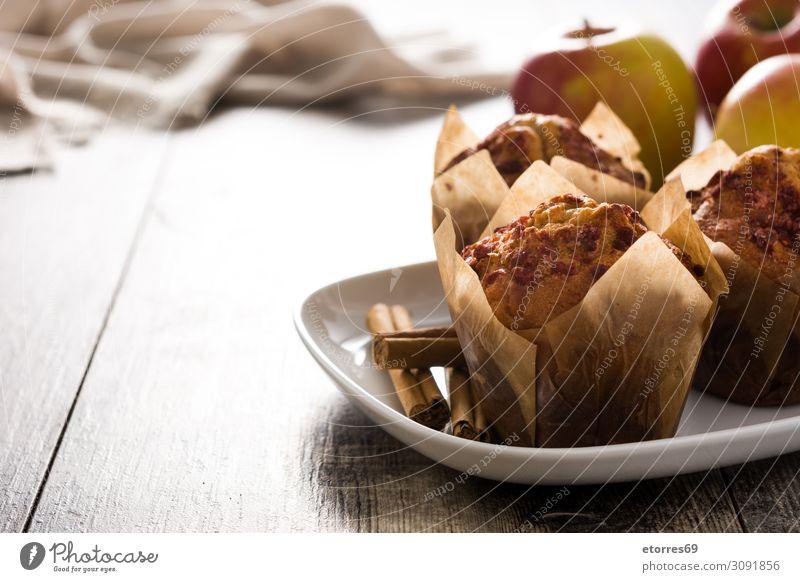 Äpfel und Zimtmuffins auf Holztisch. Muffin Apfel Backwaren Kuchen backen Lebensmittel Gesunde Ernährung Foodfotografie Wald Frucht weiß braun gebastelt Herbst
