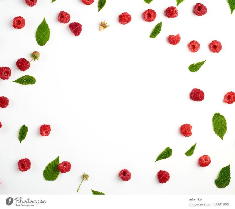 rote reife Himbeeren und grüne Blätter verstreut Frucht Dessert Ernährung Vegetarische Ernährung Diät Saft Sommer Menschengruppe Natur Pflanze Blatt frisch