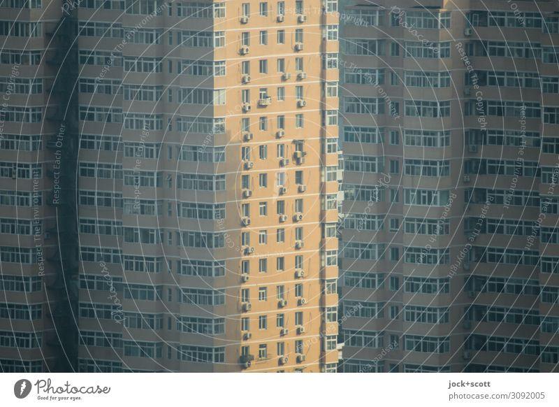 zwischen den Wohnblöcken bahnen sich die ersten Sonnenstrahlen ihnen Weg Stadtzentrum Wohnhochhaus Fassade Fenster eckig modern trist viele Schutz Stil