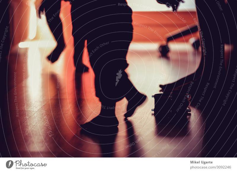 Mutter und Kinder barfuß beim Spielen zu Hause Glück schön Körper Gesundheitswesen Leben Wohnzimmer Mensch Frau Erwachsene Familie & Verwandtschaft Fuß Wurm