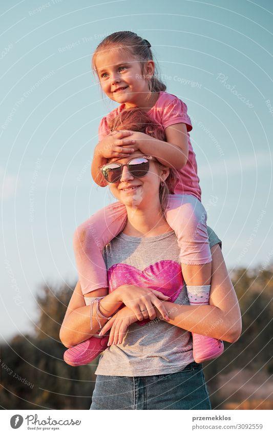 Schwestern genießen Huckepackfahrt Lifestyle Freude Glück Erholung Freizeit & Hobby Ferien & Urlaub & Reisen Ausflug Freiheit Sommer Sommerurlaub Kind Mensch
