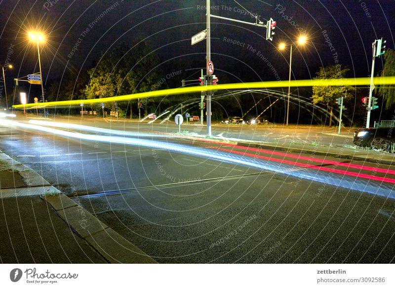 Lichtlinien Bewegung mehrfarbig Dynamik Phantasie Straßenkreuzung Lichtspiel Leuchtspur Lichtmalerei Lightshow Linie Berufsverkehr Rücklicht Autoscheinwerfer