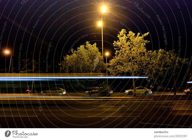 Straßenverkehr nachts Bewegung mehrfarbig Dynamik Phantasie Straßenkreuzung Wegkreuzung Licht Lichtspiel Leuchtspur Lichtmalerei Lightshow Linie Berufsverkehr