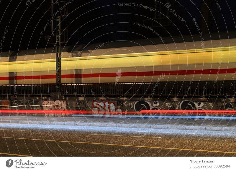 Bahn bei Nacht Stadt Stadtzentrum Verkehr Verkehrsmittel Verkehrswege Personenverkehr Öffentlicher Personennahverkehr Güterverkehr & Logistik Bahnfahren