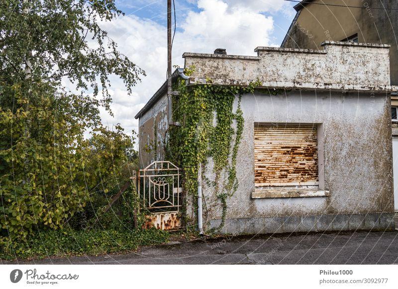 Kleines verlassenes Haus mit einem rostigen Tor. Natur Landschaft Baum Gras Dorf Hütte Gebäude Fassade alt klein Farbe Verlassen belgien verfallen Tür Anwesen