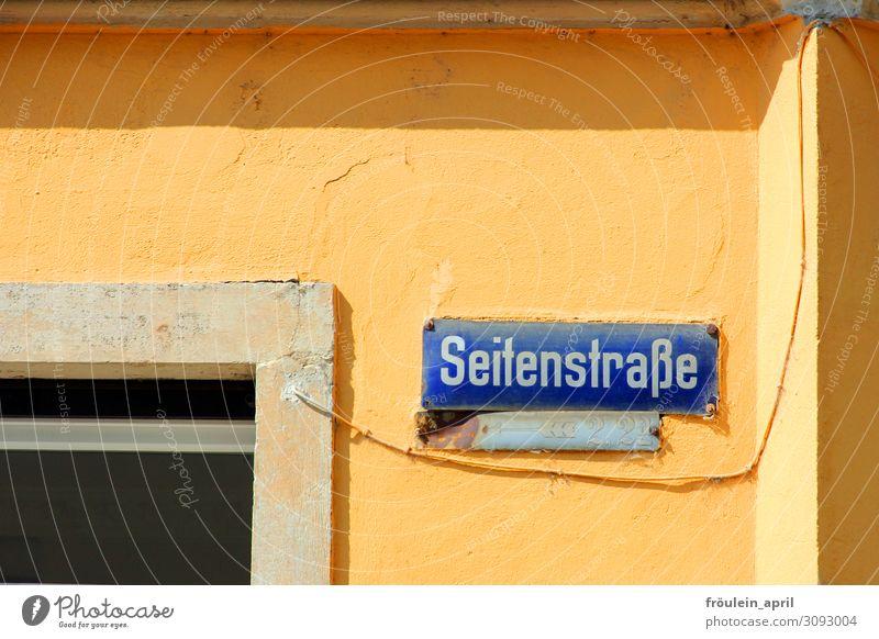 Seitenstrasse Haus Mauer Wand Schilder & Markierungen lustig blau gelb seltsam Straßennamenschild Farbfoto Außenaufnahme Tag