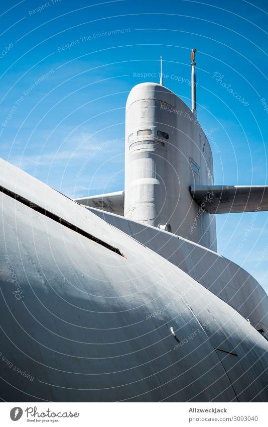 ein U-Boot vor blauem Himmel Menschenleer Blauer Himmel Wolkenloser Himmel Schifffahrt Fahrzeug Wasserfahrzeug Atom-U-Boot tauchen Meer Tauchboot grau