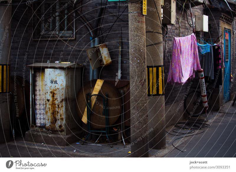 um die Ecke bringen in der dunklen Straße Städtereise Peking Altstadt Eingangstür Wäscheleine Kasten Reflektor authentisch dreckig dunkel Stimmung
