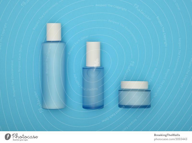 Set mit kosmetischen Hautpflegecremeflaschen auf blau Flasche schön Körperpflege Gesicht Kosmetik Creme Gesundheitswesen Behandlung Wellness feminin Glas oben