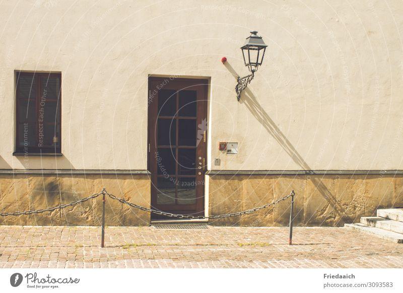 Hauseingang Kleinstadt Stadtzentrum Altstadt Gebäude Mauer Wand Fassade Fenster Tür Laterne Stein Beton Häusliches Leben alt einfach historisch Sicherheit