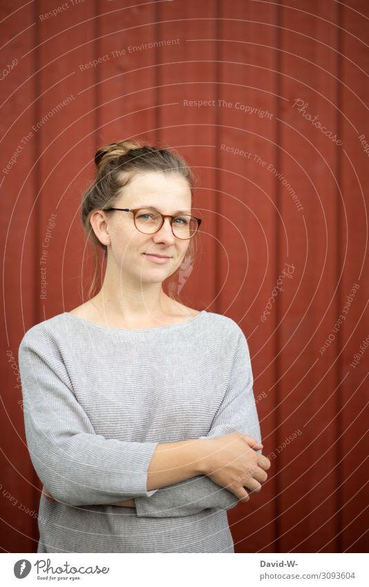 Junge natürliche blonde Frau lächelt Junge Frau laechelt lächelnd Freundlichkeit Brille Brillenträgerin Blondine freundlich positiv roter hintergrund