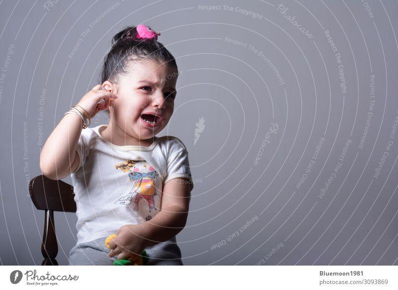 Kind Mensch Einsamkeit Mädchen Gesundheit Gesicht Lifestyle Wand Traurigkeit Gefühle klein Mauer Angst Kindheit sitzen trist