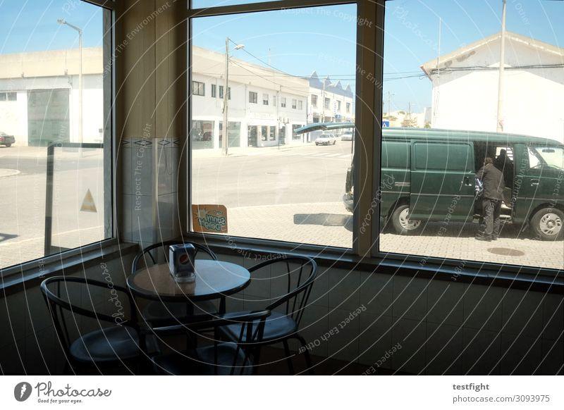 cafe Mensch maskulin Mann Erwachsene 1 Kleinstadt Stadt Stadtrand Haus Fabrik Bauwerk Gebäude Architektur Mauer Wand Verkehr Straße Fahrzeug PKW Lastwagen Bus