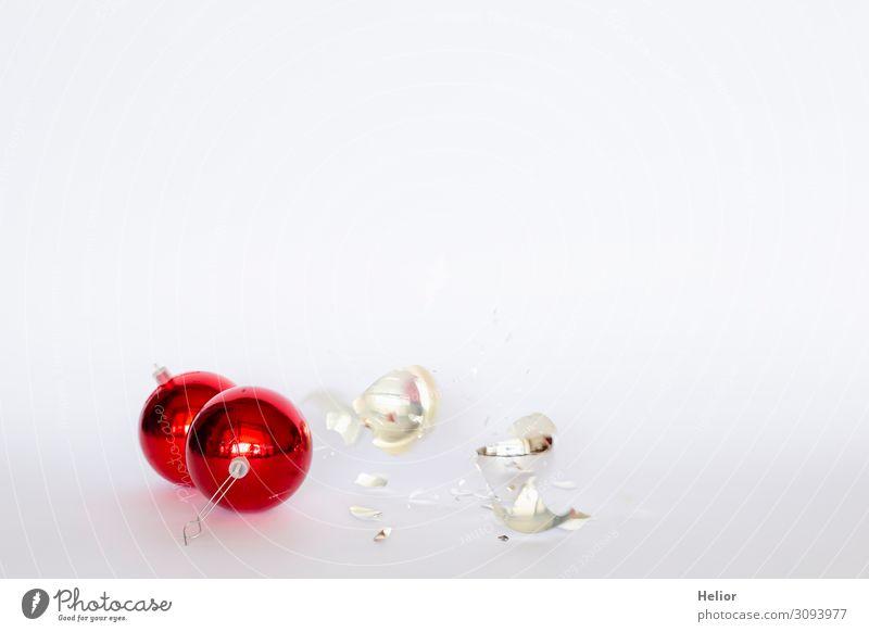 Zerbrochene rote und silberne Christbaumkugeln Winter Weihnachten & Advent Glas Kunststoff Kugel fallen liegen kaputt weiß Desaster Tradition Zerstörung