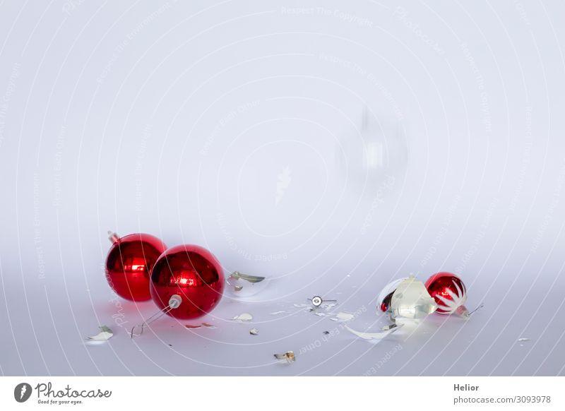 Zerbrochene rote und silberne Christbaumkugeln Winter Weihnachten & Advent Kugel fallen kaputt weiß Desaster bedrohlich Risiko Tradition Zerstörung arrangiert