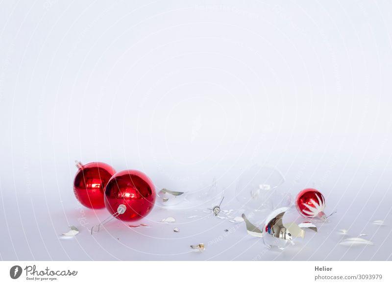 Zerbrochene rote und silberne Christbaumkugeln Winter Weihnachten & Advent Kugel liegen kaputt weiß chaotisch Desaster Tradition Zerstörung arrangiert