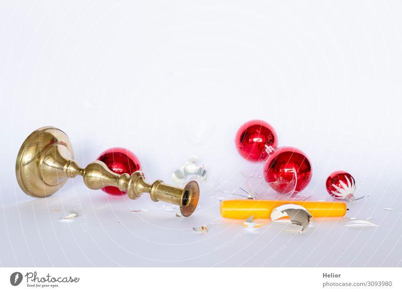 Fallende und zerbrochene Christbaumkugeln mit Kerzenständer Winter Weihnachten & Advent Kugel fallen liegen retro gelb Traurigkeit chaotisch Desaster