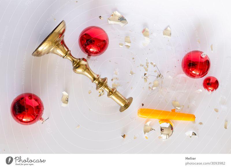 Zerbrochene Christbaumkugeln und Kerzenständer Winter Weihnachten & Advent Kugel liegen kaputt retro gelb gold rot silber weiß Traurigkeit Desaster