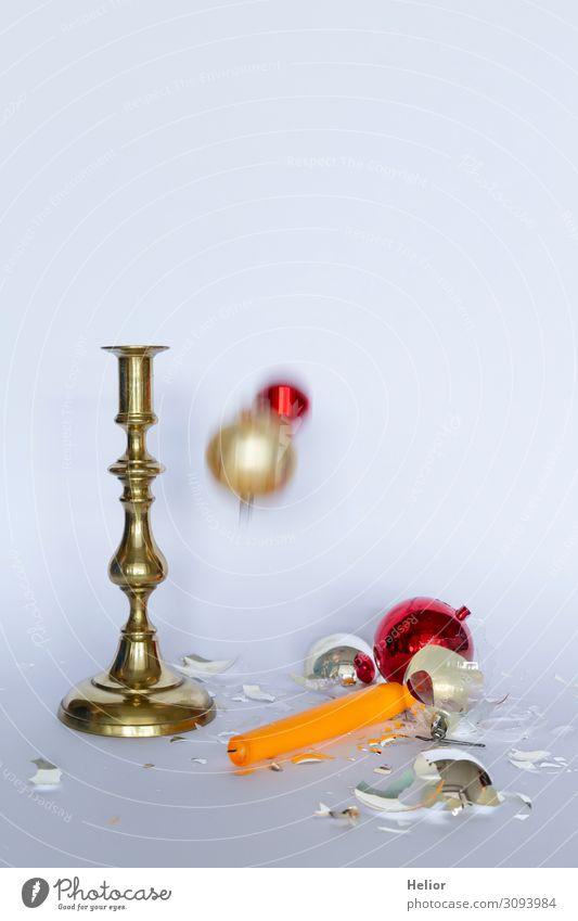 Zerbrochene Christbaumkugeln und Kerzenständer Winter Weihnachten & Advent Kugel fallen liegen stehen kaputt retro gelb gold rot silber weiß Traurigkeit