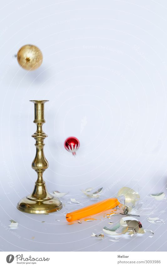 Fallende Christbaumkugeln und Kerzenständer Winter Weihnachten & Advent Kugel fallen liegen stehen kaputt retro gelb gold rot silber weiß Traurigkeit Desaster