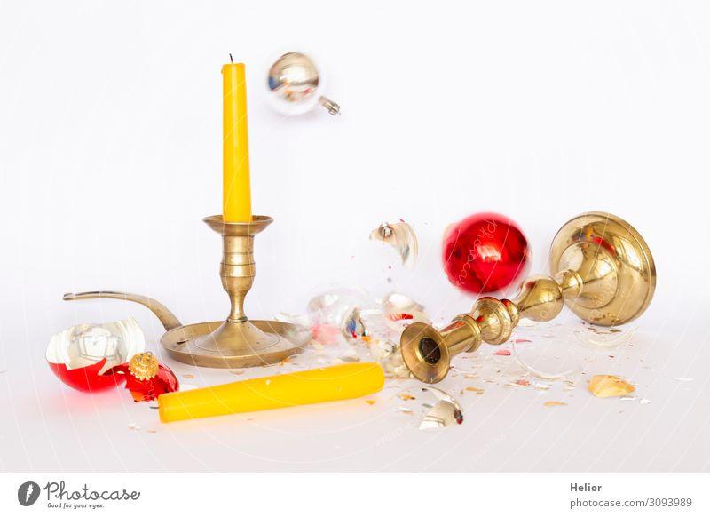 Zerbrochene Christbaumkugeln mit Kerzenständern Winter Weihnachten & Advent Kugel fallen liegen stehen kaputt retro gelb gold rot silber weiß Traurigkeit