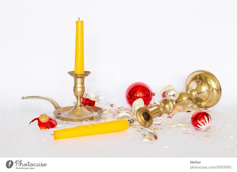 Zerbrochene Christbaumkugeln mit Kerzenständern Winter Weihnachten & Advent Kugel liegen stehen kaputt retro gelb gold rot silber weiß Traurigkeit Desaster