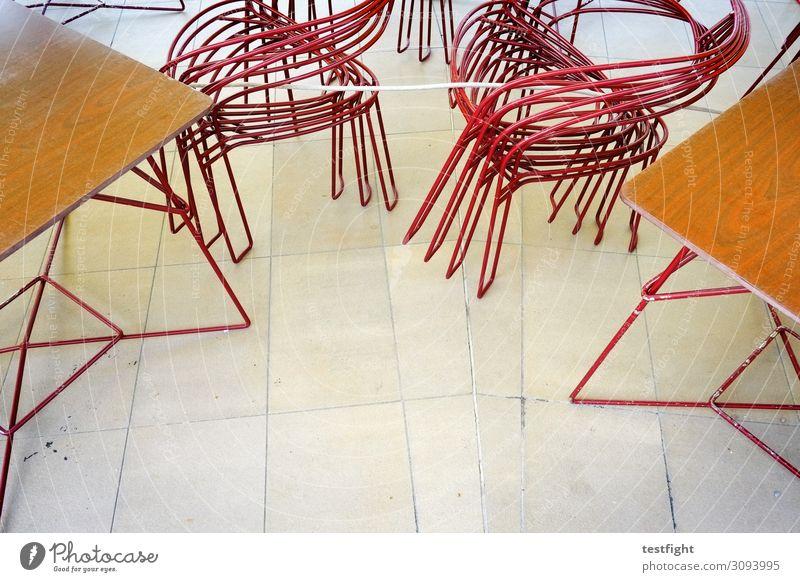 stühle Kot Tisch sitzen Boden Café Metall rot Holz Farbfoto Textfreiraum unten