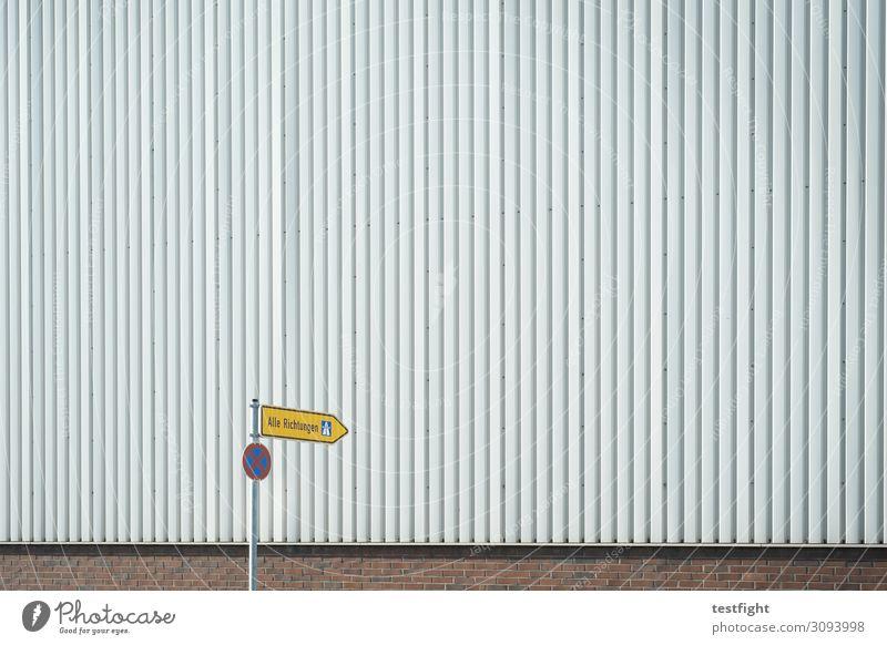 richtung Industrieanlage Fabrik Bauwerk Gebäude Architektur Mauer Wand Fassade Verkehrszeichen Verkehrsschild grau Wegweiser alle richtungen Parkverbot Farbfoto