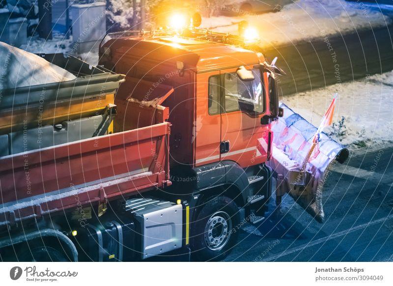 Winterdienst Räumfahrzeug mit Schneepflug auf der Straße Schneefall Verkehr Verkehrswege PKW Lastwagen kalt rot Glatteis Glätte Jahreszeiten Evakuierung